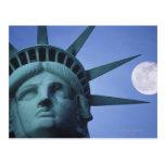 Luna sobre la estatua tarjeta postal