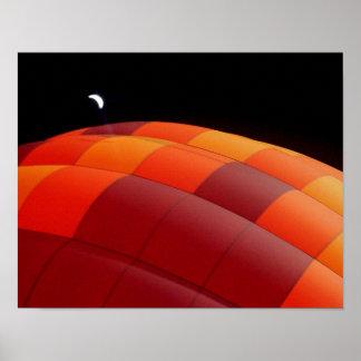 Luna sobre la impresión del resplandor del globo póster