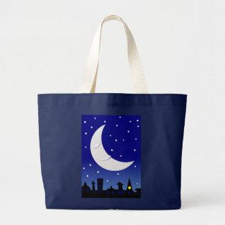 luna soñolienta sobre ciudad bolsas
