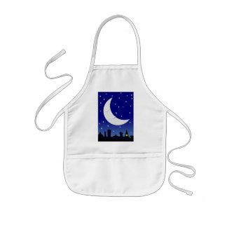 luna soñolienta sobre ciudad delantales
