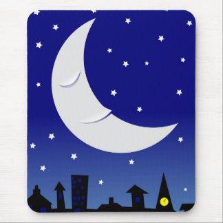 Luna soñolienta sobre ciudad alfombrilla de ratón
