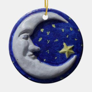 Luna sonriente tranquila adorno navideño redondo de cerámica