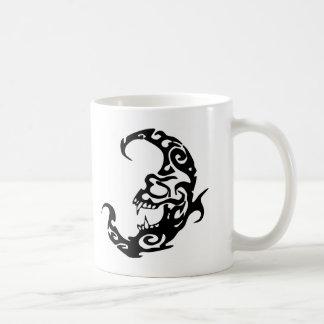 Luna tribal del mal del tatuaje tazas de café