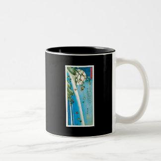 Luna vista a través de las hojas de arce y de la taza de café de dos colores