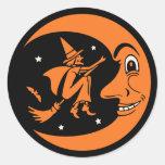 Luna y bruja clásicas de Halloween del vintage Pegatina Redonda