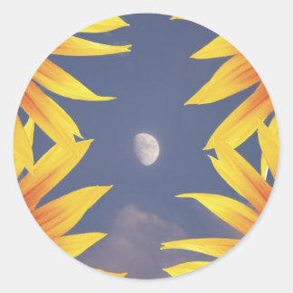 Luna y girasoles etiqueta redonda