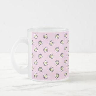 Lunar de la margarita en un fondo rosado taza de cristal