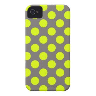 Lunares amarillos chartreuses del gris de carbón iPhone 4 fundas