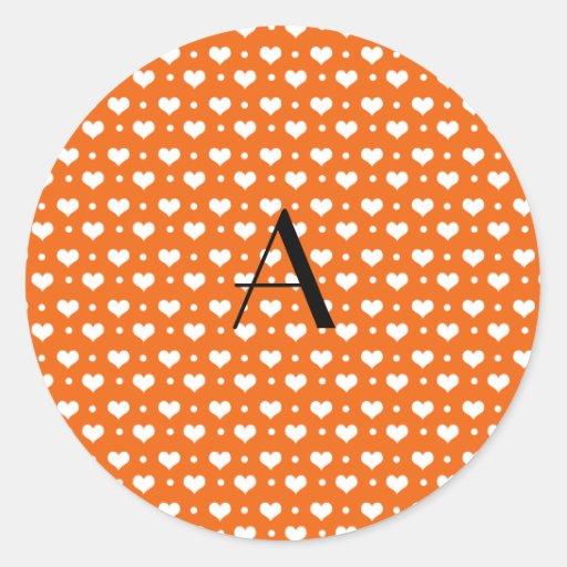 Lunares anaranjados de los corazones del monograma pegatina redonda