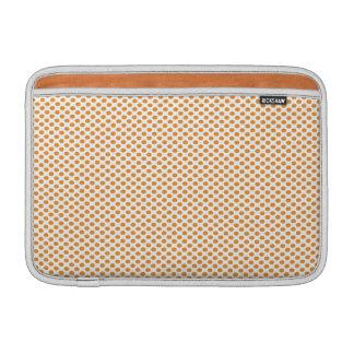Lunares anaranjados en blanco fundas MacBook