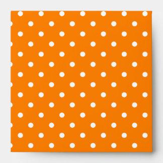 Lunares anaranjados y blancos sobre