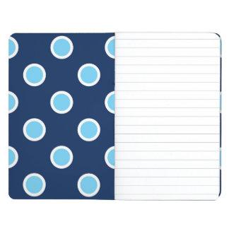 Lunares azules claros en el diario del bolsillo de cuadernos grapados