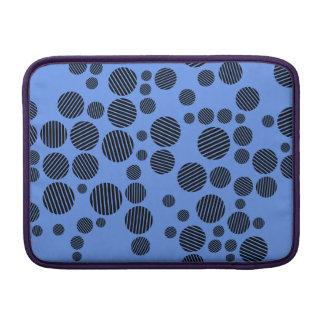 Lunares azules y negros del Cornflower Fundas Macbook Air