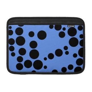 Lunares azules y negros del Cornflower Funda MacBook