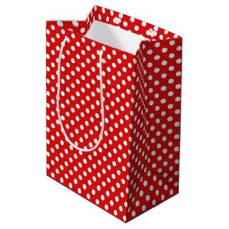 Lunares blancos alegres en el regalo rojo bolsa de regalo mediana
