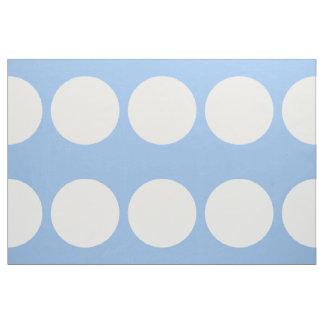 Lunares blancos de gran tamaño en tela azul clara telas