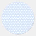 Lunares blancos en azules cielos pegatina redonda