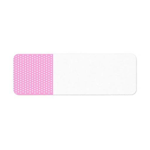 Lunares blancos en los regalos rosados del modelo etiquetas de remite