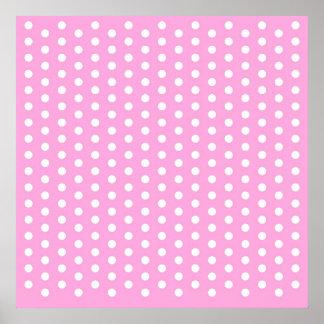 Lunares blancos en los regalos rosados del modelo posters