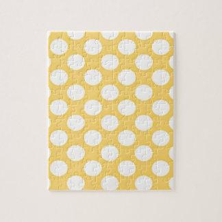 Lunares blancos en modelo amarillo del fondo rompecabeza con fotos