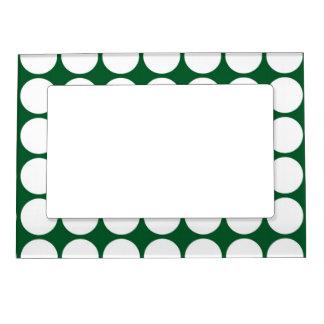 Lunares blancos en verde marcos magnéticos para fotos