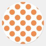 Lunares blancos y anaranjados pegatina redonda