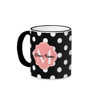 Lunares blancos y negros con el monograma rosado taza de dos colores