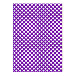 Lunares blancos y púrpuras invitación 12,7 x 17,8 cm