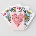 Lunares carmesís de la forma del corazón en rosa cartas de juego