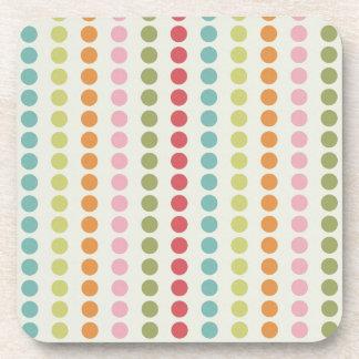 Lunares coloridos de la diversión alineados en fil posavaso