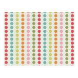 Lunares coloridos de la diversión alineados en postal