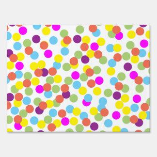 Lunares coloridos en la muestra blanca de la yarda letreros