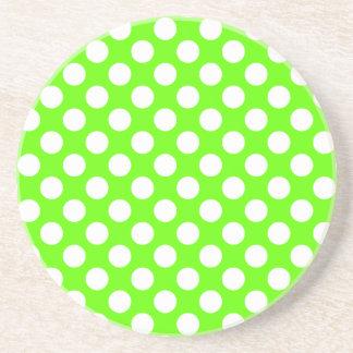Lunares de la verde lima y del blanco posavasos de arenisca