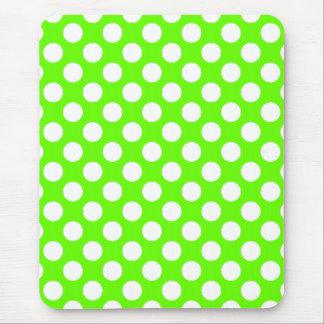 Lunares de la verde lima y del blanco alfombrillas de raton