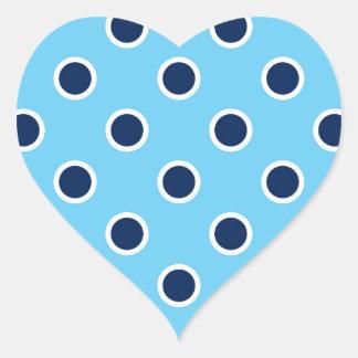 Lunares de los azules marinos en los pegatinas del pegatina en forma de corazón