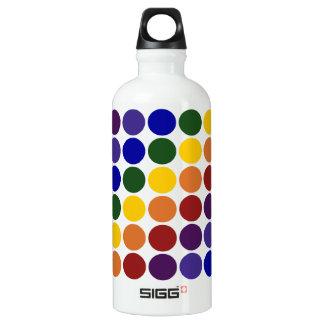Lunares del arco iris en blanco botella de agua