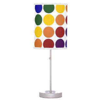Lunares del arco iris en blanco lámpara de escritorio