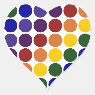 Lunares del arco iris en blanco pegatina en forma de corazón