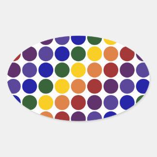 Lunares del arco iris en blanco pegatina ovalada