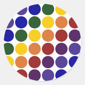 Lunares del arco iris en blanco pegatina redonda