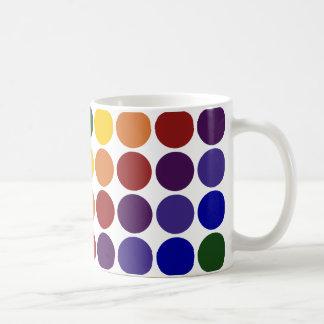 Lunares del arco iris en blanco taza de café