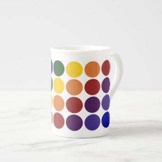 Lunares del arco iris en blanco taza de té