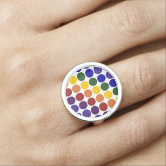 Lunares del arco iris en el anillo blanco