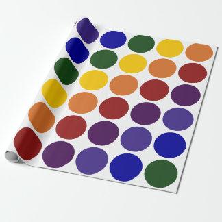 Lunares del arco iris en el papel de regalo blanco