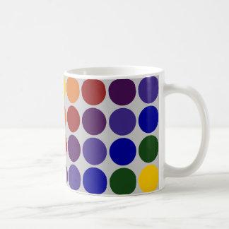 Lunares del arco iris en gris taza básica blanca