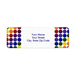 Lunares del arco iris en la etiqueta blanca del etiqueta de remite