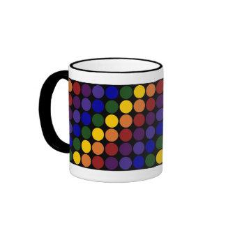 Lunares del arco iris en negro taza de dos colores
