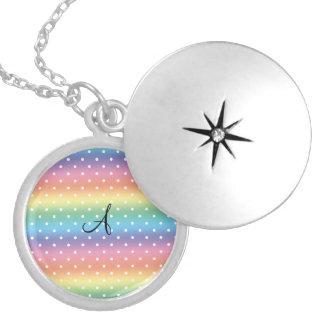 Lunares del blanco del arco iris del monograma pendientes