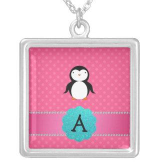 Lunares del rosa del pingüino del monograma colgante cuadrado
