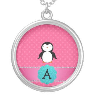 Lunares del rosa del pingüino del monograma colgante redondo